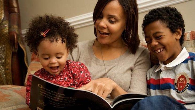 Mamá leyendo con sus hijos