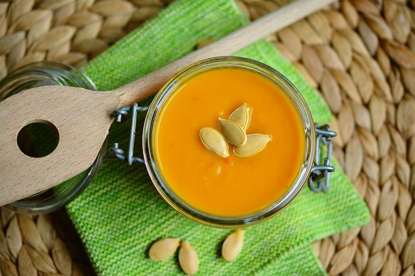 8 alimentos ricos en ácido fólico crema de calabaza con semillas de calabaza