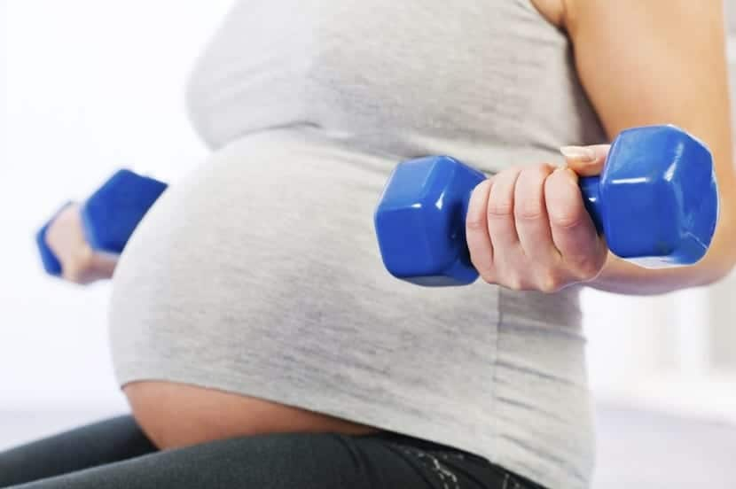 ejercicios de fuerza para embarazadas mancuernas azules