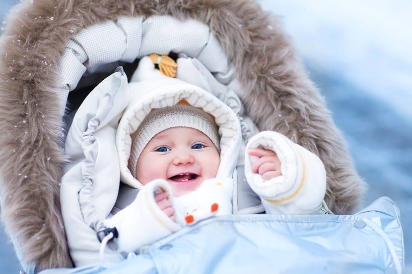 la siesta al aire libre de los bebés nórdicos bebé abrigado