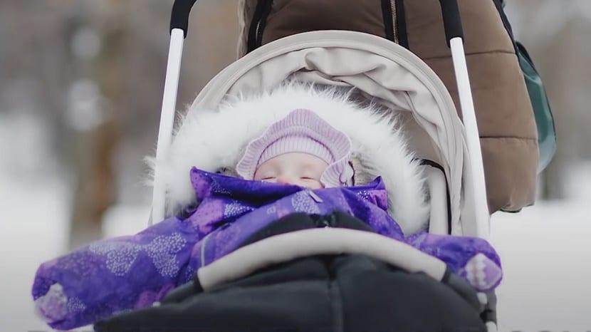 la siesta al aire libre de los bebés nórdicos durmiendo en el parque