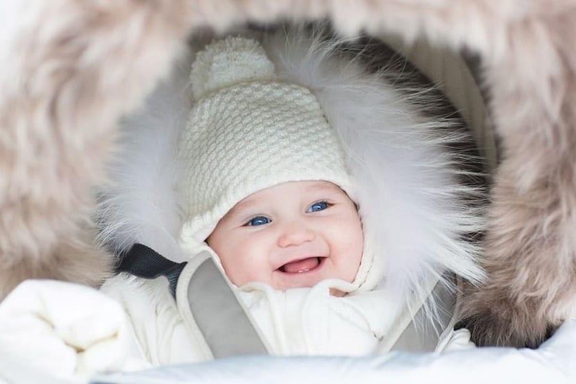 la siesta al aire libre de los bebés nórdicos bebé sonriendo