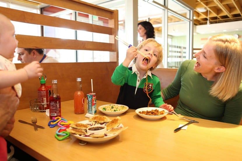 los mejores restaurantes para ir con niños comiendo pasta