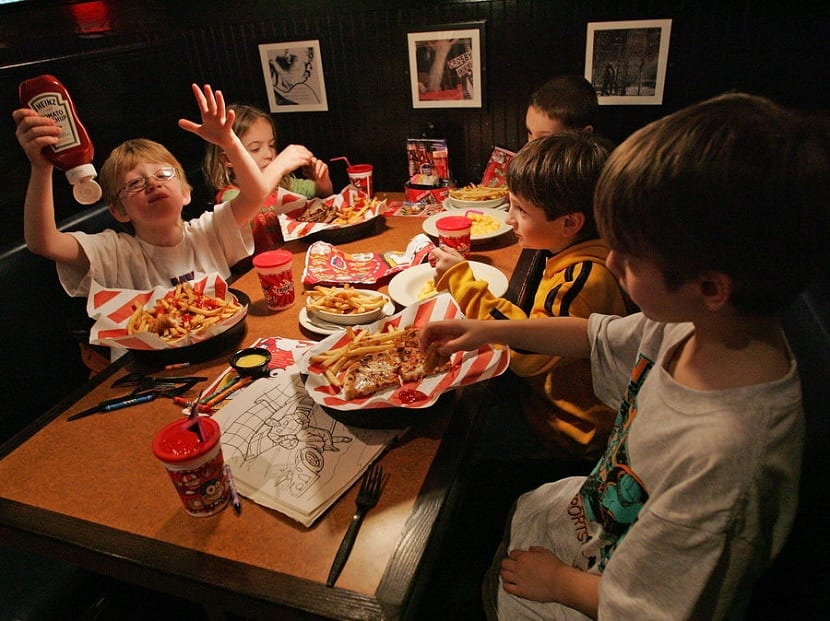 los mejores restaurantes para ir con niños comiendo con los amigos