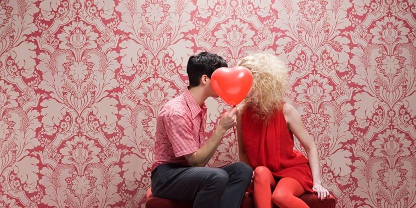 Pareja besándose en San Valentín