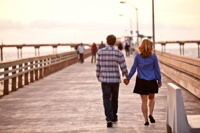 Pareja paseando en San Valentin