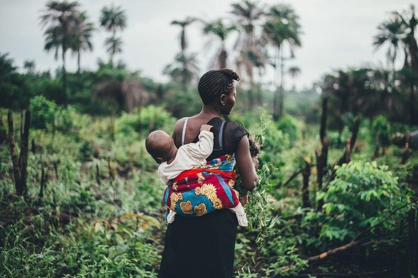 Bebé y mamá en la selva