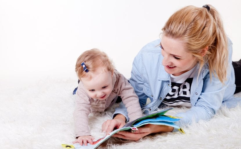 Mamá y bebé leyendo
