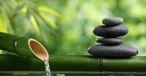 Caña de bambú con piedras y fuente de agua