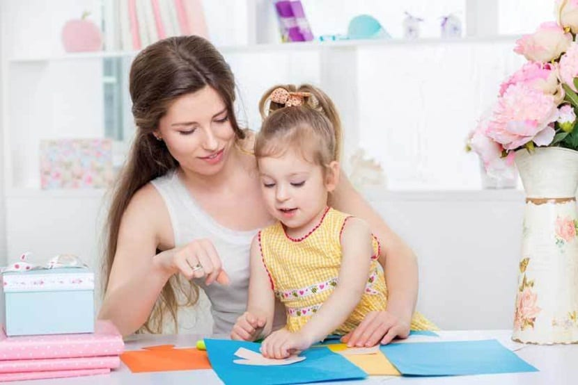 Madre e hija haciendo manualidades