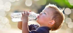 Niño bebiendo agua de una botella