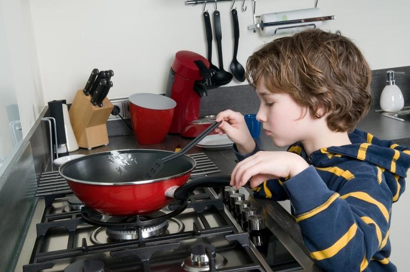 Niño cocinando solo