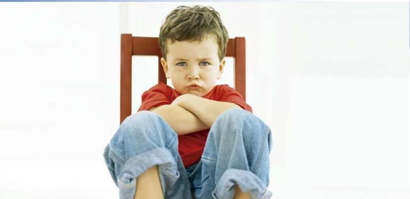 Niño en la silla de pensar