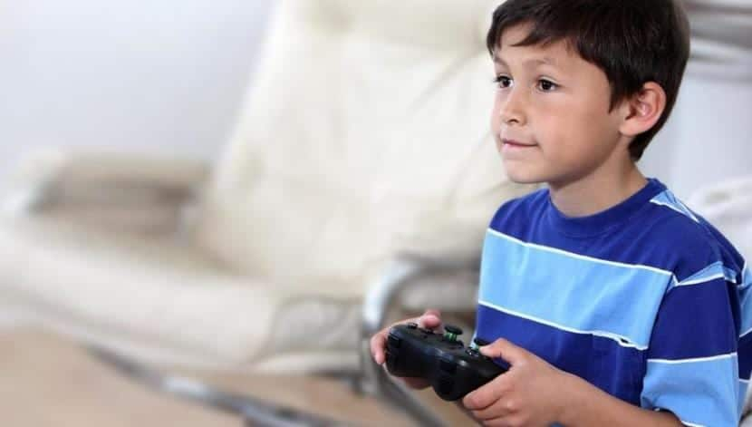 Niño jugando a la consola