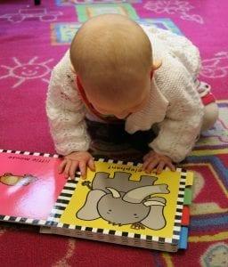 Bebé y libro