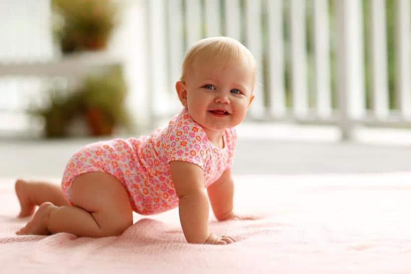 Bebé de nueve meses gateando