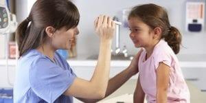 Doctora y niña en servicio de urgencias