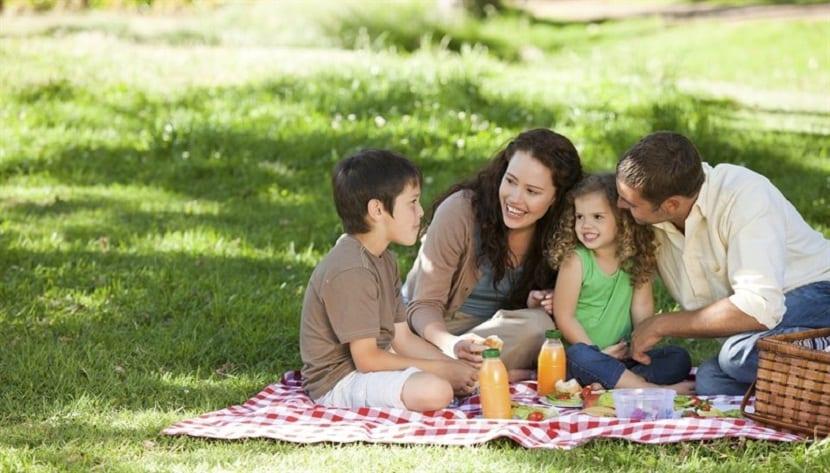 Familia comiendo en el campo