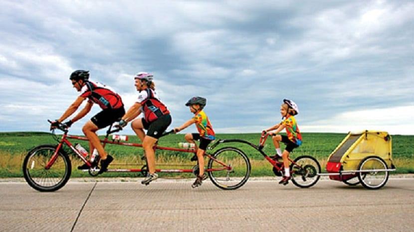 Familia montando en bici