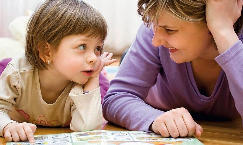 Madre e hija leyendo un cuento