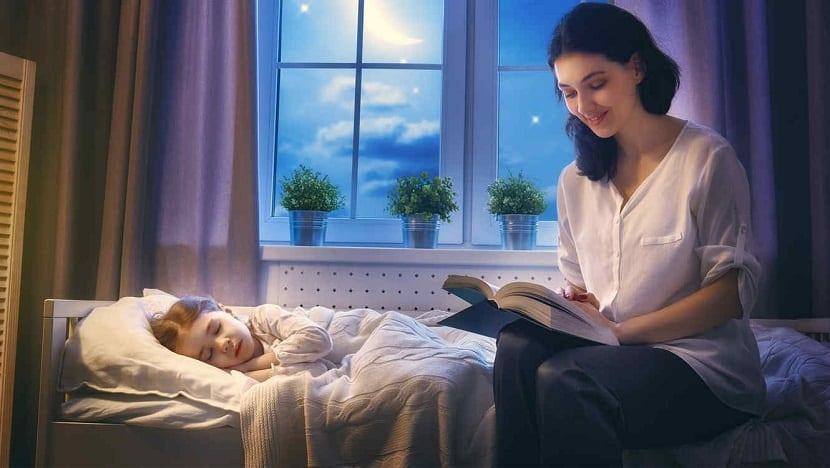 Leyendo un cuento antes de dormir