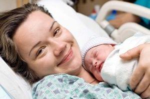 Mamá con su bebé recién nacido