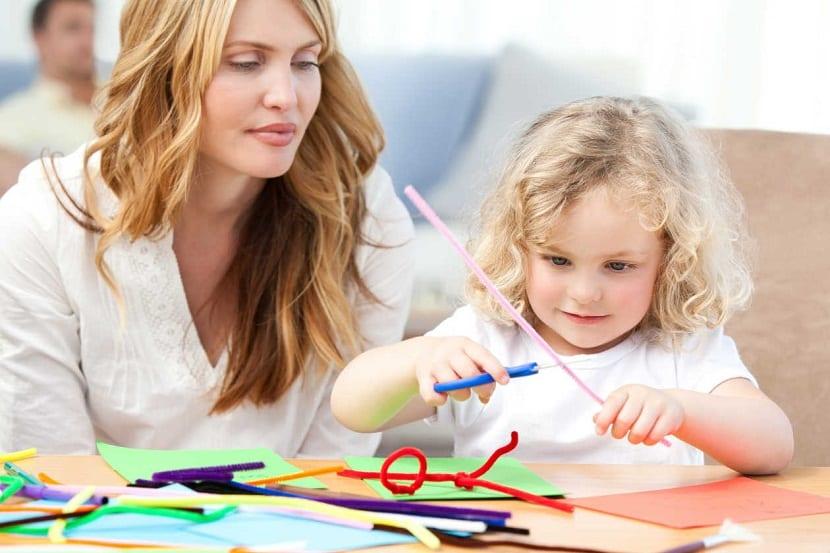 Una madre y su hija haciendo manualidades