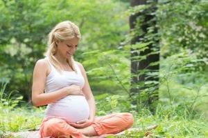 Mujer embarazada en el bosque