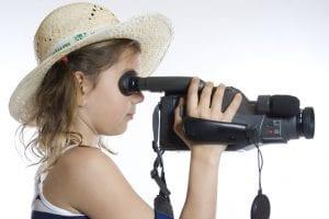 Una niña utilizando una videocámara