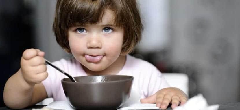 Niño pequeño comiendo