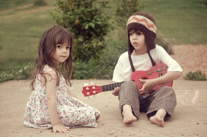 Niños con una guitarra