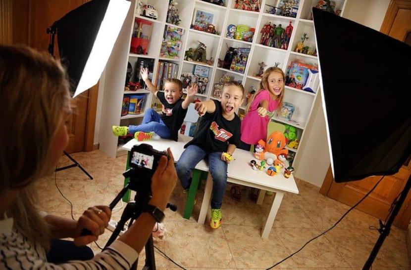 Niños grabando videos