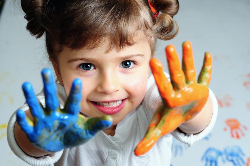 Niña con pintura en las manos