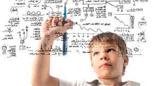 Niño haciendo cálculos matemáticos
