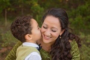 no obligar a niños a dar besos