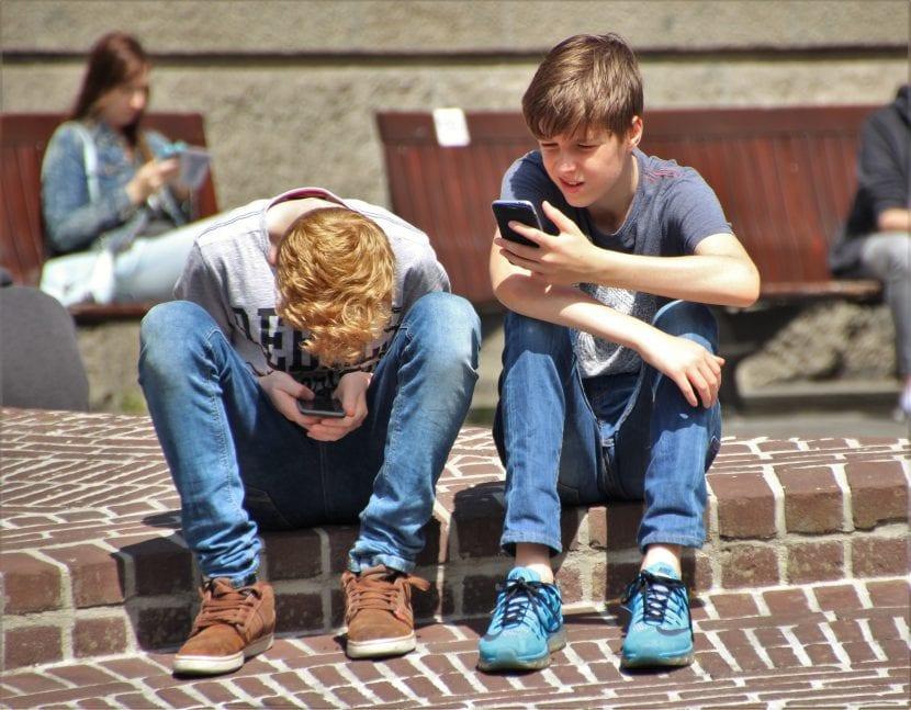 Adolescentes usando smartphones