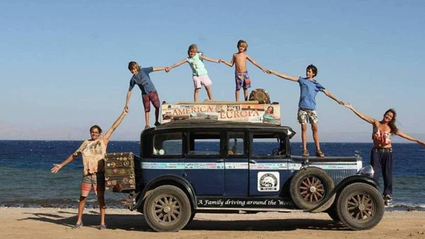 familia sobre un coche