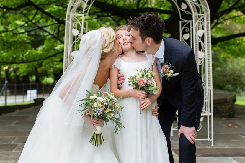 padres con hija en la boda