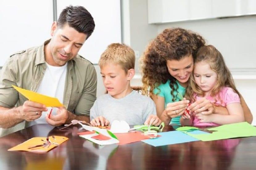 Familia haciendo manualidades