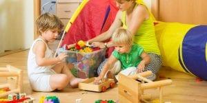 Familia ordenando los juguetes