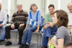 padres en una sesión de grupos de apoyo