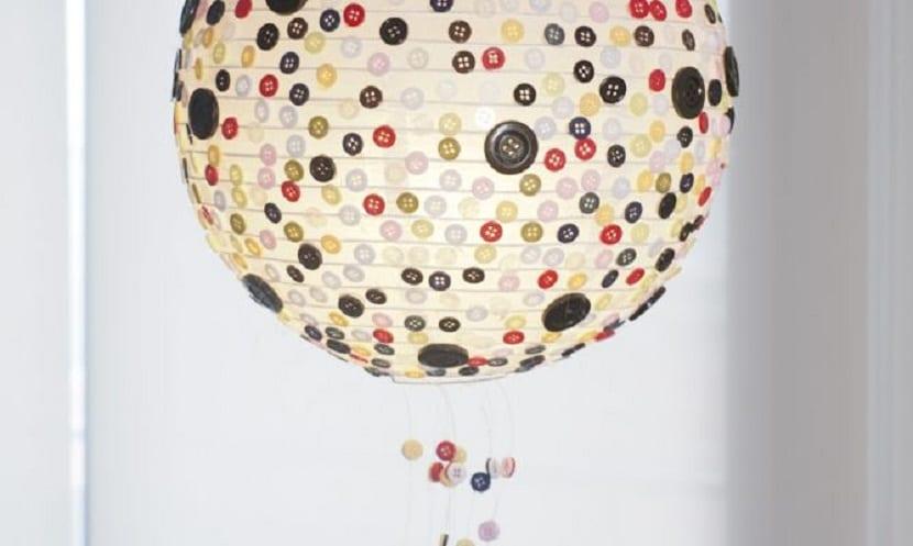 Lámpara decorada con botones