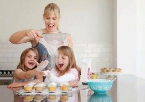 Madre e hijas haciendo repostería