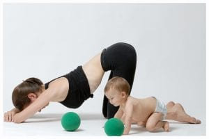 Mamá y bebé haciendo ejericicio