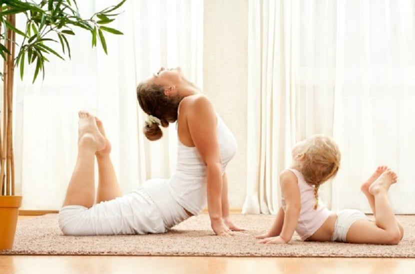 Mamá y bebé haciendo yoga