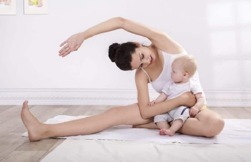 Mamá y bebé haciendo deporte