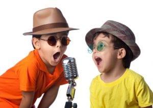 Niños cantando