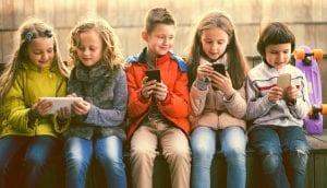 Niños con teléfonos móviles