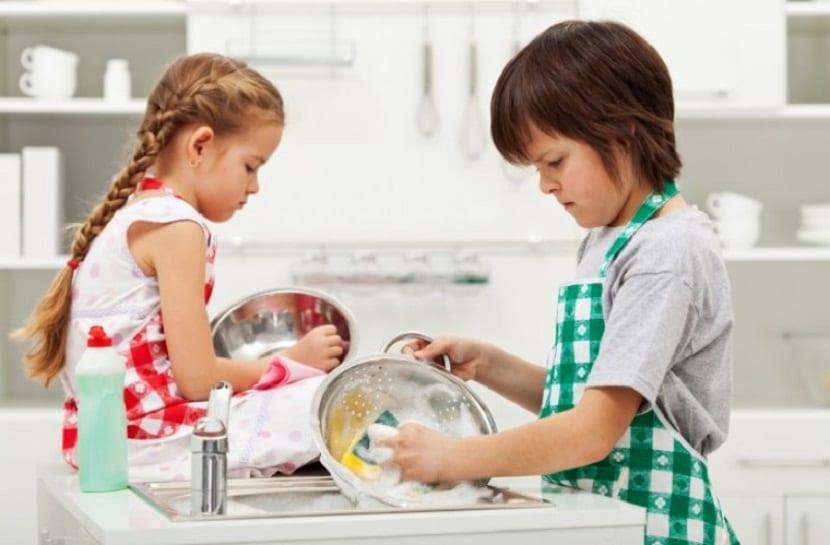 Niños fregando los platos