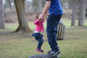 Padre jugando con la niña
